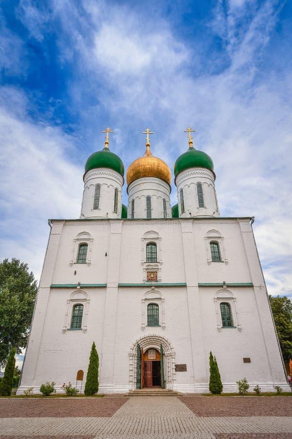Domkyrka i stad av Kolomna på domkyrkafyrkanten av den Kolomna Kreml royaltyfria bilder