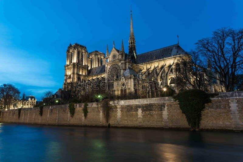 Domkyrka Notre Dame de Paris på natten arkivfoto