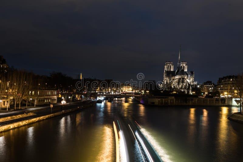 Domkyrka Notre Dame i Paris på natten arkivbild