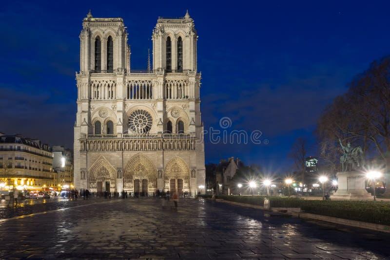 Domkyrka Notre Dame i Paris på skymning royaltyfria foton