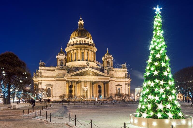 Domkyrka och julgran för St Isaacs royaltyfria bilder