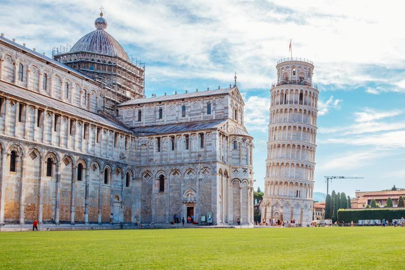Domkyrka och lutande torn av Pisa i Italien arkivbild