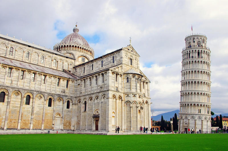 Domkyrka och lutande torn i Pisa royaltyfria bilder