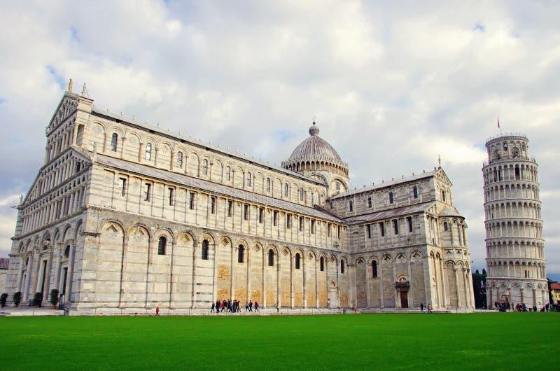 Domkyrka och lutande torn i Pisa royaltyfri foto
