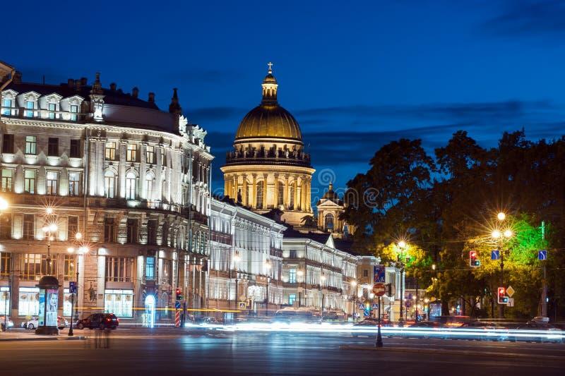 Domkyrka- och Nevsky för St Isaacs utsikt arkivbild