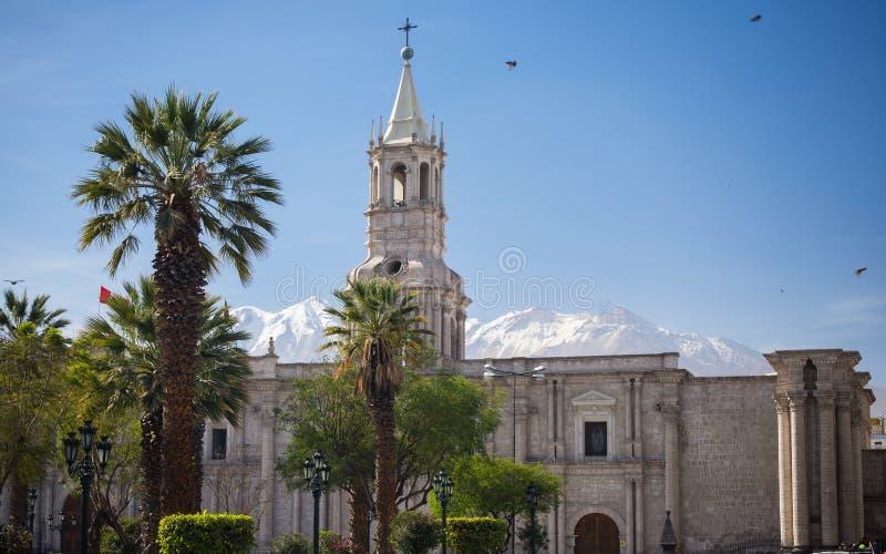Domkyrka och snowcapped vulkan i Arequipa, Peru royaltyfri fotografi