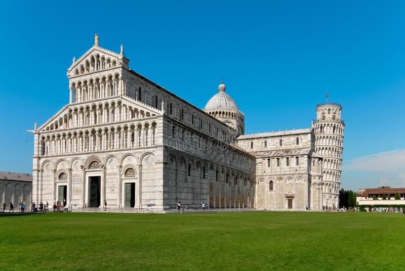 Domkyrka och torn av Pisa vid dag royaltyfri bild