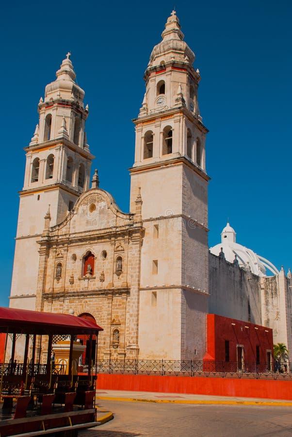 Domkyrka på bakgrunden av blå himmel San Francisco de Campeche, Mexico royaltyfri fotografi