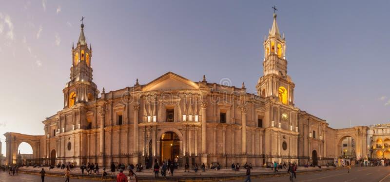 Domkyrka på den Plaza de Armas fyrkanten i Arequipa royaltyfria foton