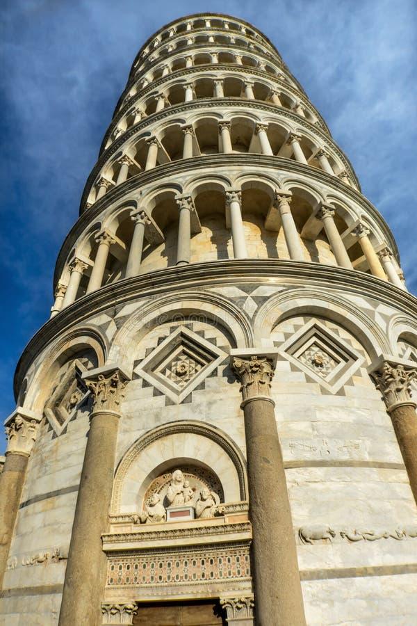Domkyrka Pisa Italien för Campanile för ingång för dörr för benägenhettorn royaltyfri bild