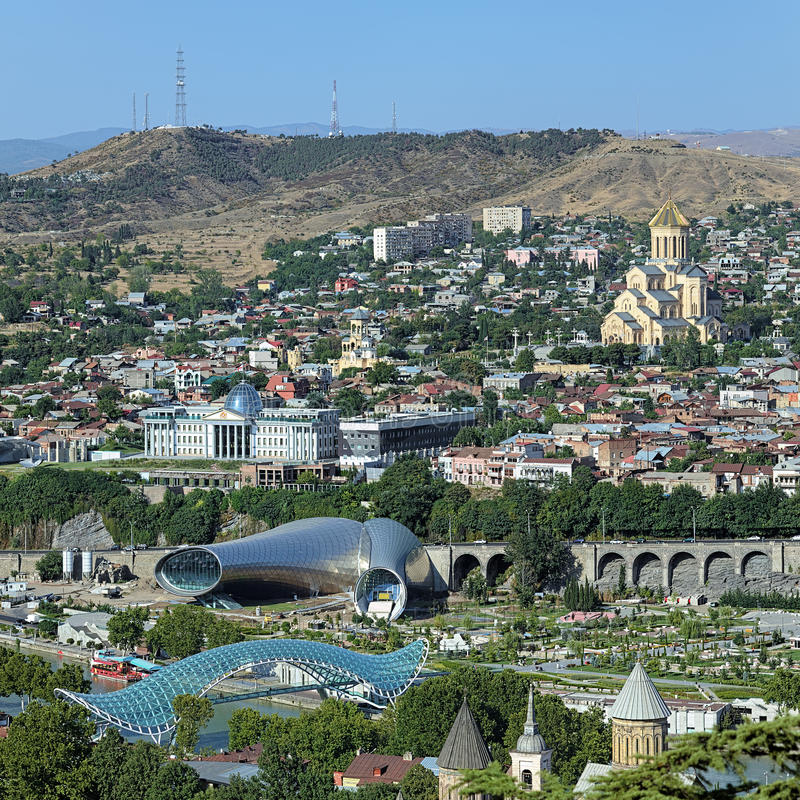 Domkyrka, presidentslott och bro i Tbilisi royaltyfri bild
