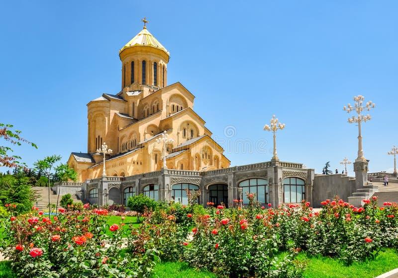 Domkyrka Sameba för helig Treenighet i våren, Tbilisi, Georgia royaltyfri fotografi