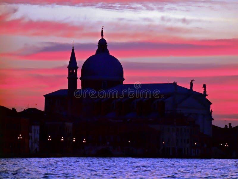 Domkyrka Santa Maria della Salute under solnedgång i Venedig arkivbild