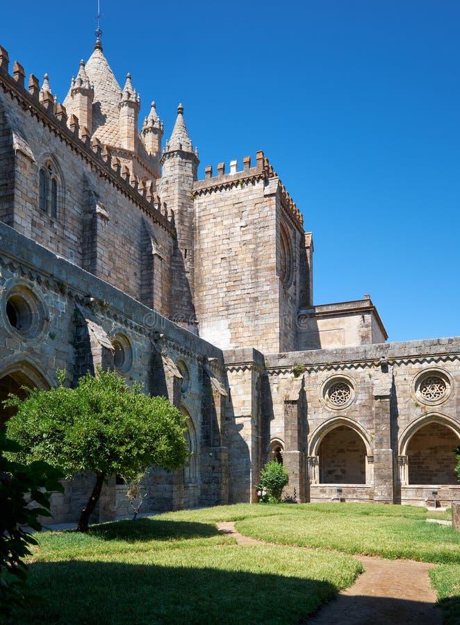 Domkyrka (Se) av Evora med den circumjacent kloster den inre borggården Evora portugal royaltyfri bild