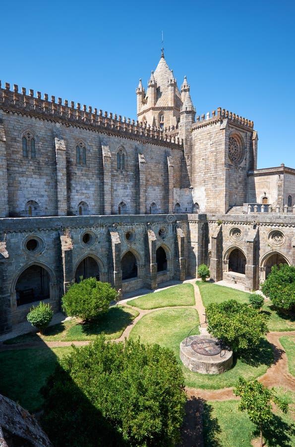 Domkyrka (Se) av Evora med den circumjacent kloster den inre borggården Evora portugal royaltyfria bilder