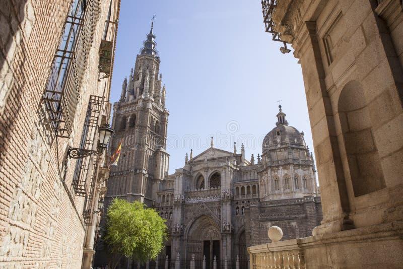 Domkyrka som stiger upp mellan de smala gatorna av Toledo, Spanien royaltyfri foto