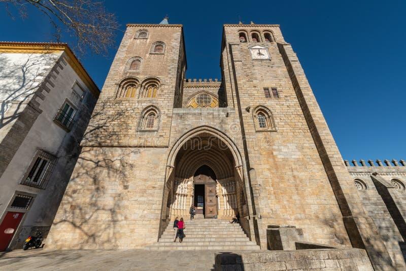 Domkyrka tilldelad till oskulden Mary i Evora arkivfoton