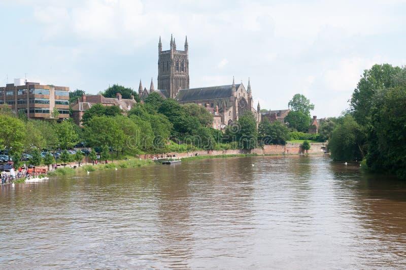 Domkyrka vid floden arkivbilder