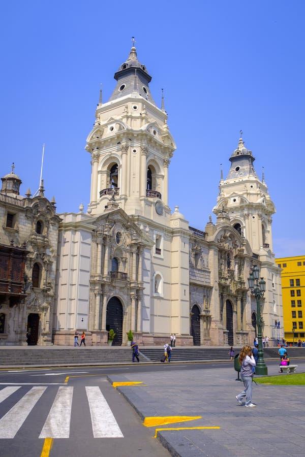 Domkyrkabasilika av Lima på Plaza de Armas royaltyfri bild