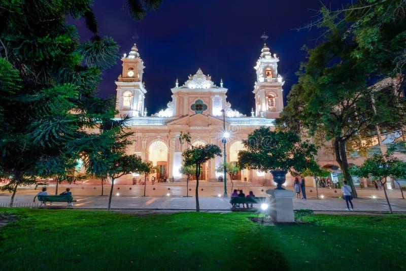 Domkyrkabasilika av Salta på natten - Salta, Argentina royaltyfria bilder
