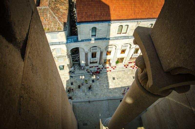 Domkyrkafyrkant och gamla byggnader, splittring, Dalmatia, Kroatien royaltyfria foton