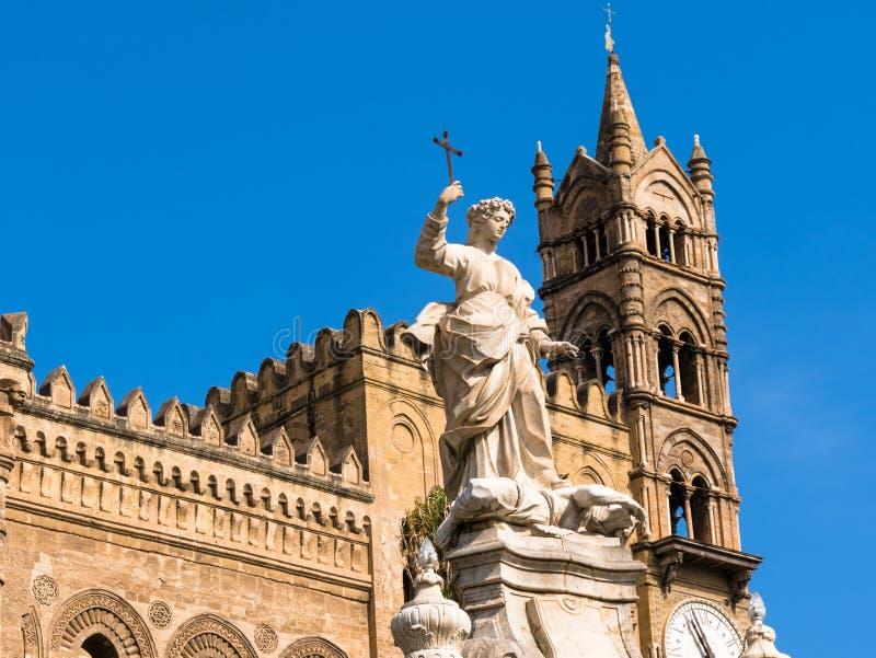 domkyrkaklockatorn med monumentet av rosaliaen Palermo i Sicilien arkivbild