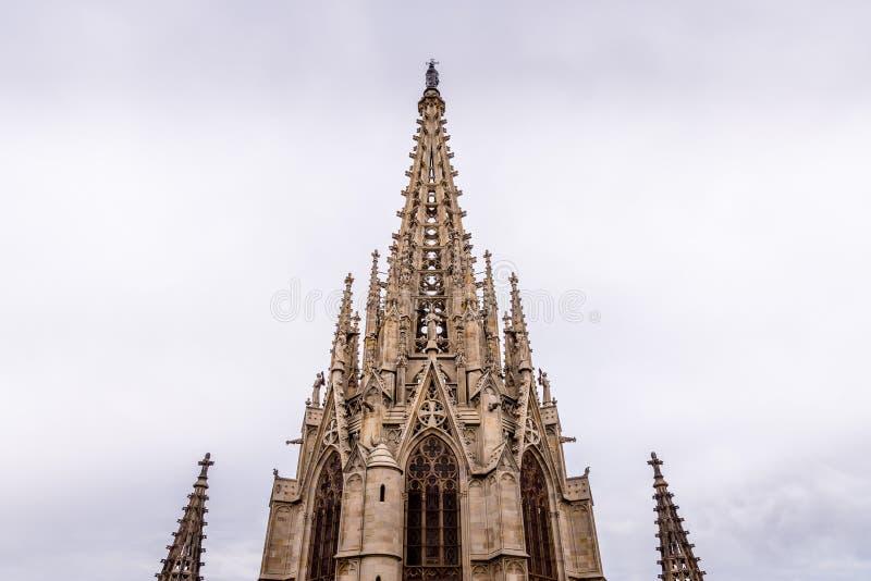 Domkyrkan av Barcelona, detalj av den huvudsakliga tornspiran i typisk gotisk stil med stenfriars och vattenkastare Barri Gotic arkivfoto