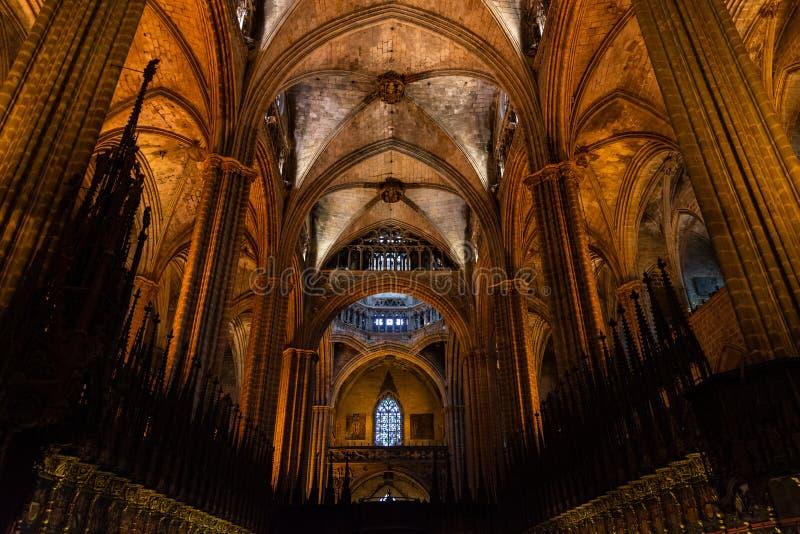 Domkyrkan av Barcelona, detalj av kören med inlagda träbänkar med nobla vapensköldar Barri Gotic Barcelona arkivfoton