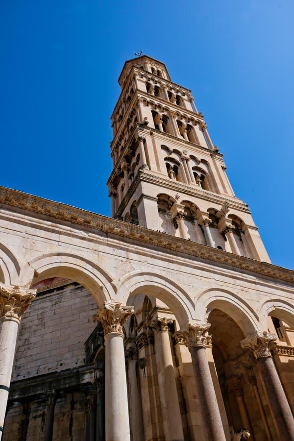 Domkyrkan av det helgonDomnius tornet, splittring, Kroatien arkivfoto