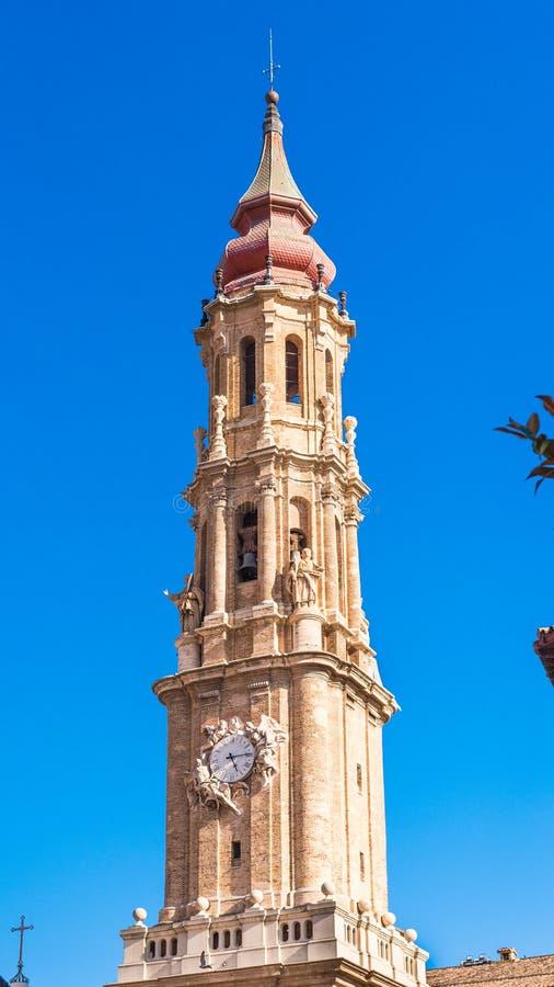 Domkyrkan av frälsaren eller Catedralen del Salvador i Zaragoza, Spanien Kopiera utrymme för text vertikalt arkivfoton