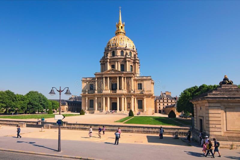 Domkyrkan av Invalids i solig vårdag Berömda touristic ställen och loppdestinationer i Paris arkivfoton