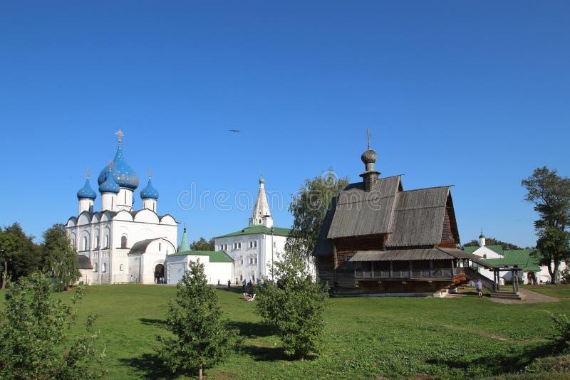 Domkyrkan av Kristi födelsen av Theotokosen och träSten Nicholas Church i Suzdal, Ryssland fotografering för bildbyråer