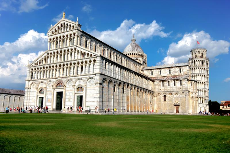 Domkyrkan av Pisa och det Pisa tornet i Pisa, Italien Det lutande tornet av Pisa är en av de mest berömda turist- destinationerna arkivbild