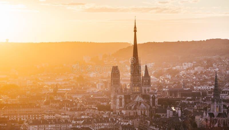 Domkyrkan Notre-Dame och Rouen på solnedgången arkivfoto