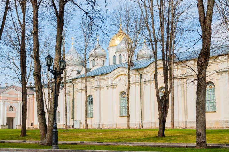 Domkyrkan och Kreml för St Sophia parkerar i vårdag i Veliky Novgorod, Ryssland arkivfoton