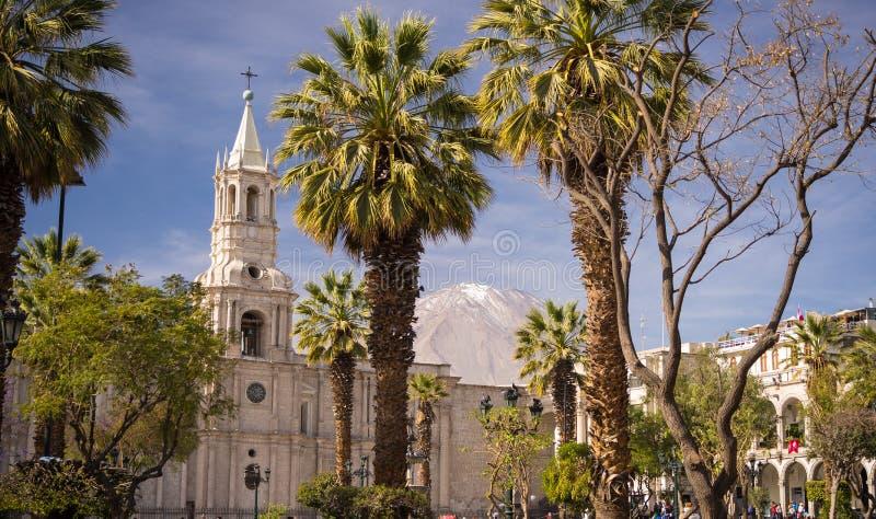 Domkyrkan och vulkan i Arequipa, Peru arkivfoto