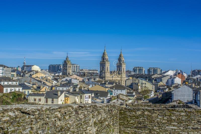 Domkyrkan står högt att sticka från den walled staden av Lugo fram royaltyfri fotografi