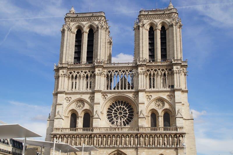 DomkyrkaNotre-Dame de Paris - gripa att ta av siktssikt utanför, utan tecken och av dagen royaltyfri fotografi