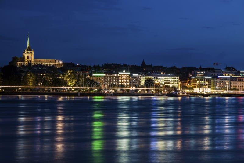 DomkyrkaSaint Pierre i Genève- och stadshorisont royaltyfri bild
