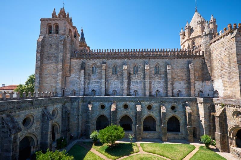 DomkyrkaSe av Evora med den circumjacent kloster det inter- royaltyfri fotografi