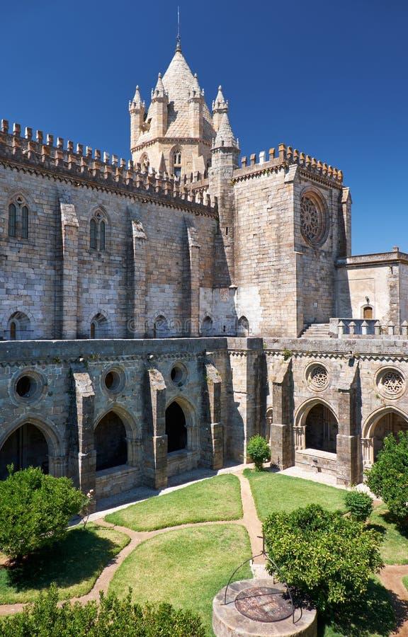 DomkyrkaSe av Evora med den circumjacent kloster det inter- arkivbilder