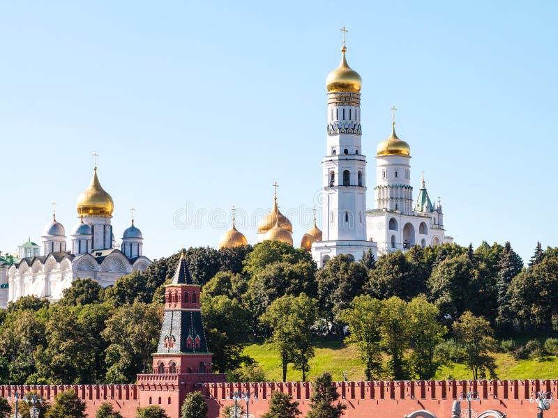 Domkyrkor på gröna kullar i MoskvaKreml arkivfoton