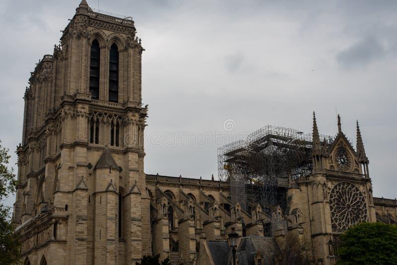 Dommages de toit de Notre-Dame photographie stock libre de droits