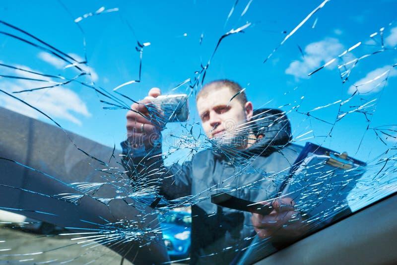 Dommages de voiture d'enregistrement d'agent d'assurance sur le formulaire de réclamation photographie stock libre de droits