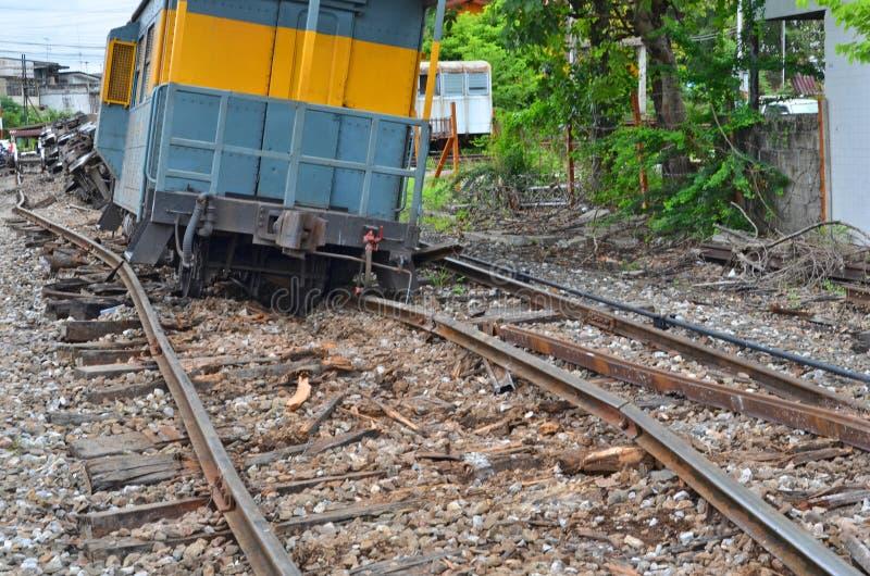 Dommages des rails et des dormeurs en acier après le train déraillé image libre de droits