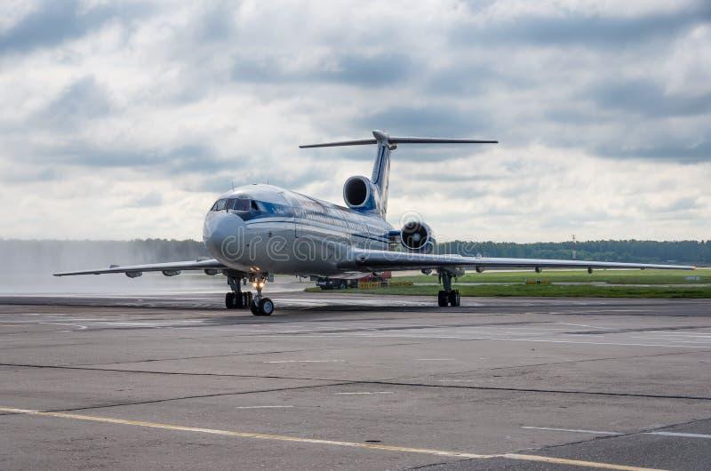 Domodedovo lotnisko Moskwa, Lipiec, - 11th, 2015: Tupolev Tu-154M EW-85748 Belavia linie lotnicze zdjęcie stock