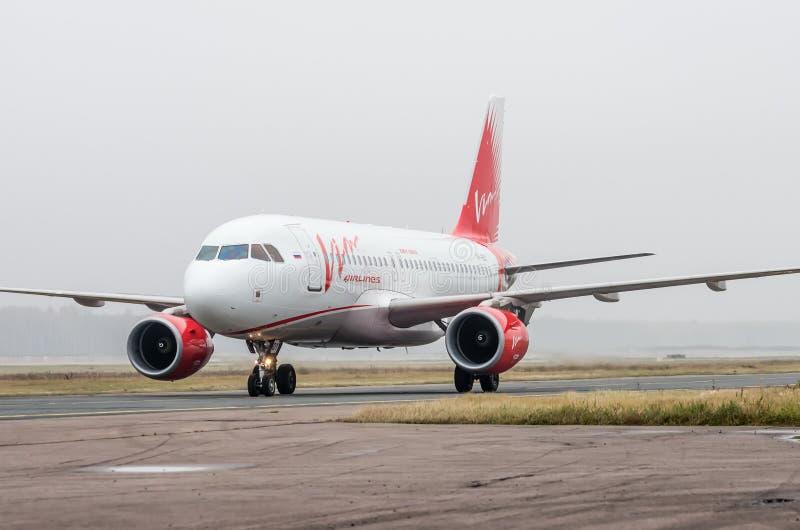 Domodedovo lotnisko Moskwa, Październik, - 25th, 2015: Aerobus A319 krzep linie lotnicze obrazy royalty free