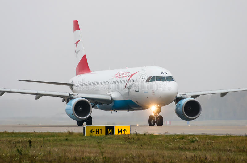 Domodedovo lotnisko Moskwa, Październik, - 25th, 2015: Aerobus A320 OE-LBQ Austrian Airlines fotografia stock