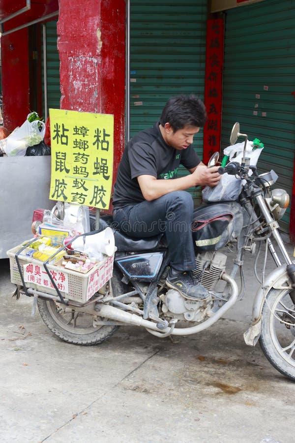 Domokrążcy prowadnikowy motocykl i bubel narkotyzujemy ulicami fotografia stock