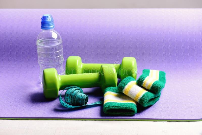 Domoren, waterfles, handbanden en maatregelenband royalty-vrije stock afbeeldingen